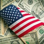 Доллары и американский флаг
